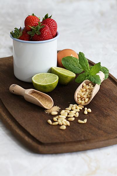rezept_erdbeerkuchen_minze_limette_pinienkernen_foodblog_acakeaday_01