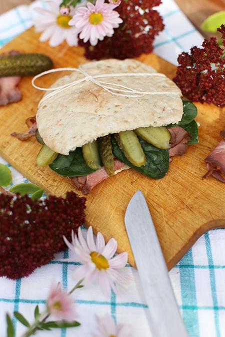 Rezept für Pita mit Roastbeef, Spinat und Gewürzgurken