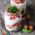 Erdbeere-Basilikum-Dessert mit Brownies