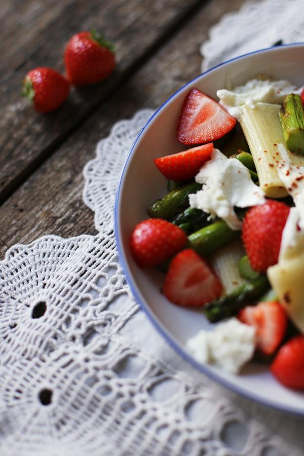 Erdbeer-Spargel-Salat mit Nudeln