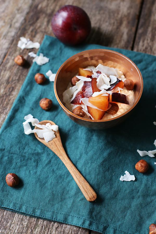 Frühstücks-Couscous mit Pflaumen, Haselnüssen und Kokoschips